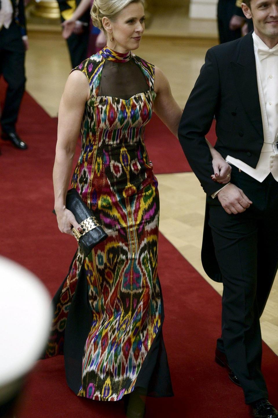 Kokoomuksen kansanedustajan Sinuhe Wallinheimon puoliso Kaisa Wallinheimo edusti näyttävästä silkkikankaasta valmistetussa puvussa.