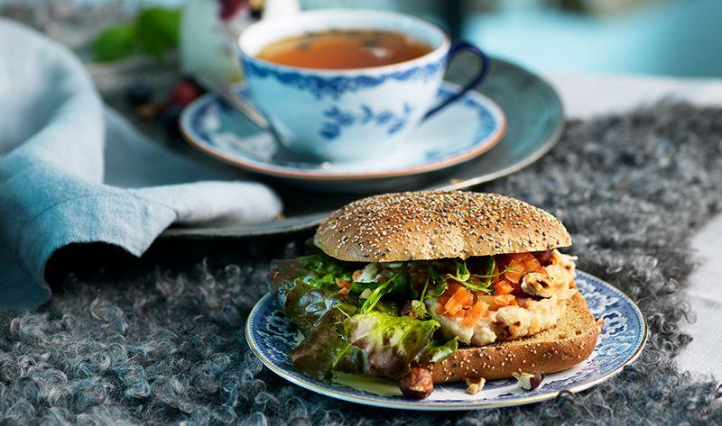 Mixa allt till en röra. Bred röran på en skiva Fröruta, lägg på sallad och syrade morötter, toppa med rostade hasselnötter.