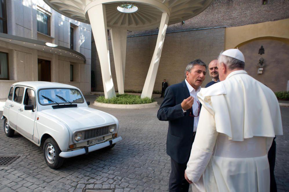Lejos de los grandes lujos, el Papa Francisco no ha dudado en usar un 'papamóvil' muy particular: un viejo Renault 4L blanco. El coche es un regalo del sacerdote Renzo Zocca, de 70 años, quien lo utilizó durante buena parte de los 25 años en que fue párroco del barrio obrero de Saval en Verona.