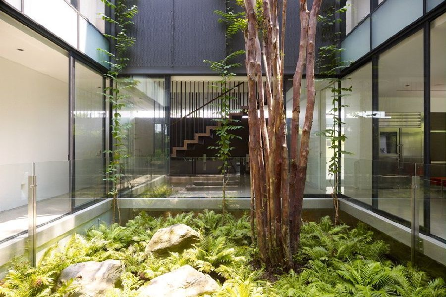 Indoor Fresh Garden Design In Tropical House Design In Sentosa Cove In Singapore Hofjestuin Hofjes Zweedse Decoratie