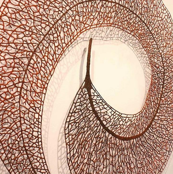 Delicadamente bordado Esculturas Mimic la fragilidad de la naturaleza - Mi Met Moderno