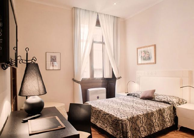 Captivating This Sumptuously Decorated 2 Bedroom Apartment Is Located In The Heart Of  Rome City With Major