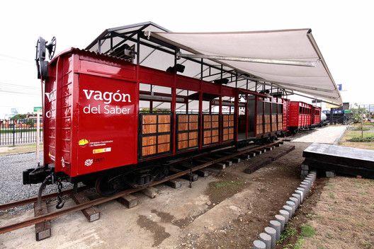 Vagón Del Saber Al Borde En 2020 Arquitectura Arquitectos Vagones De Tren