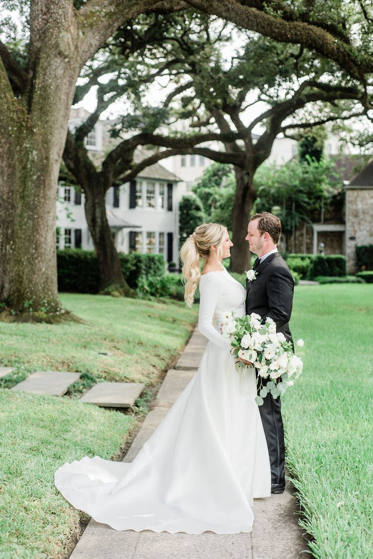 Bride And Groom Kylie And Buddy In River Oaks Texas Houston Country Club Houston Tx Maxit Flo In 2020 Altar Flowers Wedding Flower Artists Brides And Bridesmaids
