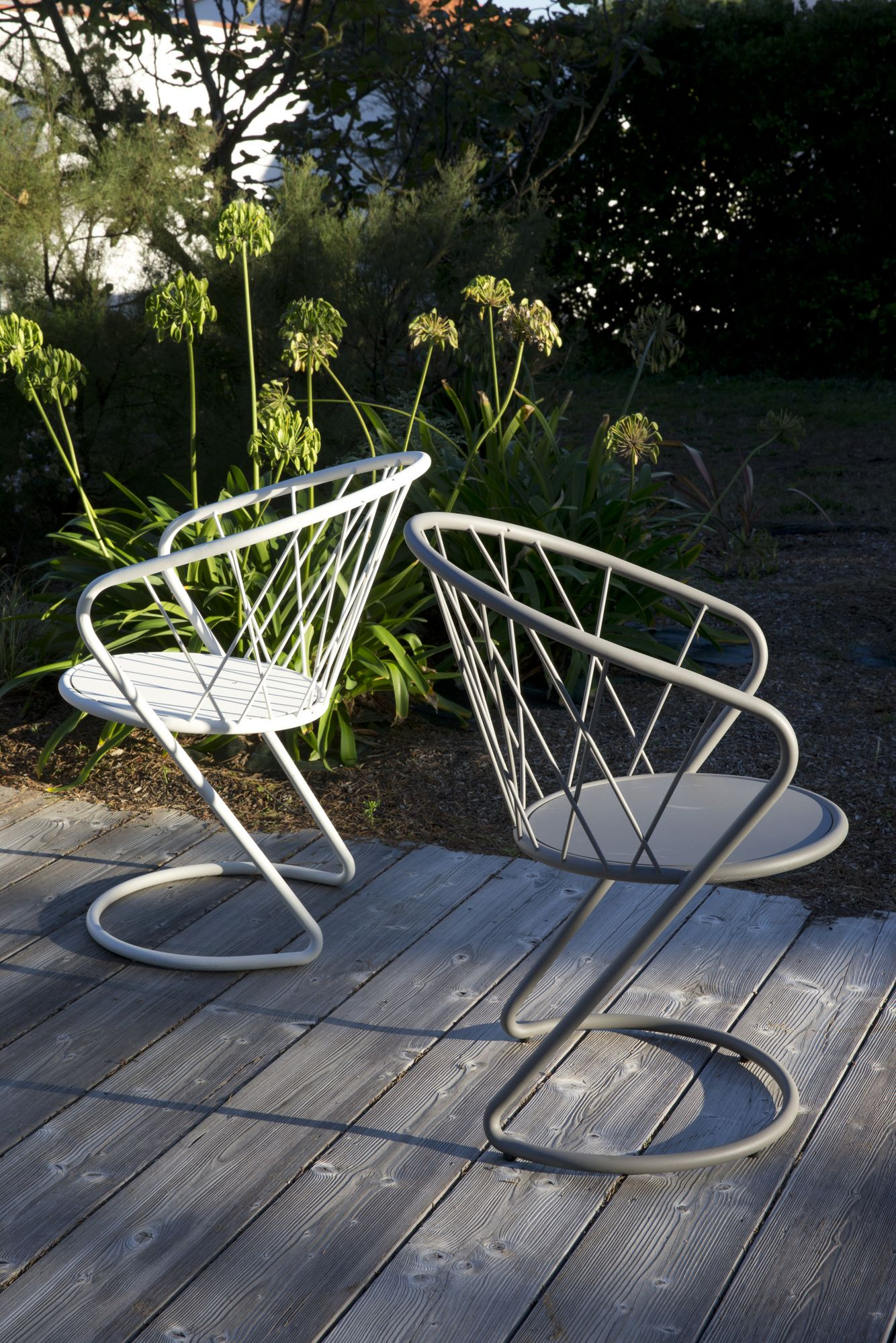 Powder coated steel garden chair with armrests KORBEILL Concept In