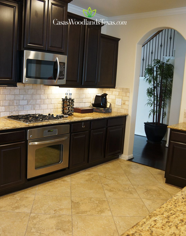 Cocina equipada con electrodom sticos de acero inoxidable gabinetes de madera y pisos de - Azulejos cocina ikea ...