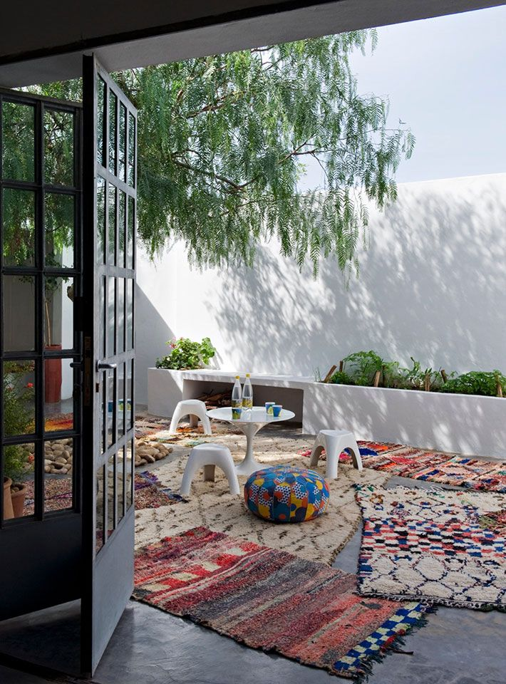 tendance d co boho minimaliste terrasse avec des tapis. Black Bedroom Furniture Sets. Home Design Ideas