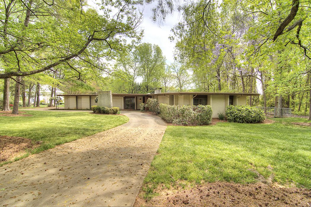 Amazing Modernist Home On 1 4 Acre Lot Super South Charlotte Location Architect Designed And Cu Modern Landscaping Mid Century House Mid Century Modern House
