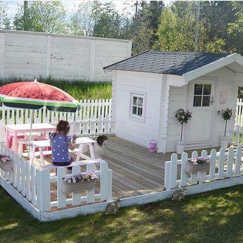 Zo gaaf; een eigen speelterras met picknicktafels en speelhuisje.