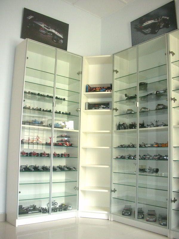 Vitrinas para exponer colecciones racks autos mood board for Estanterias estrechas ikea