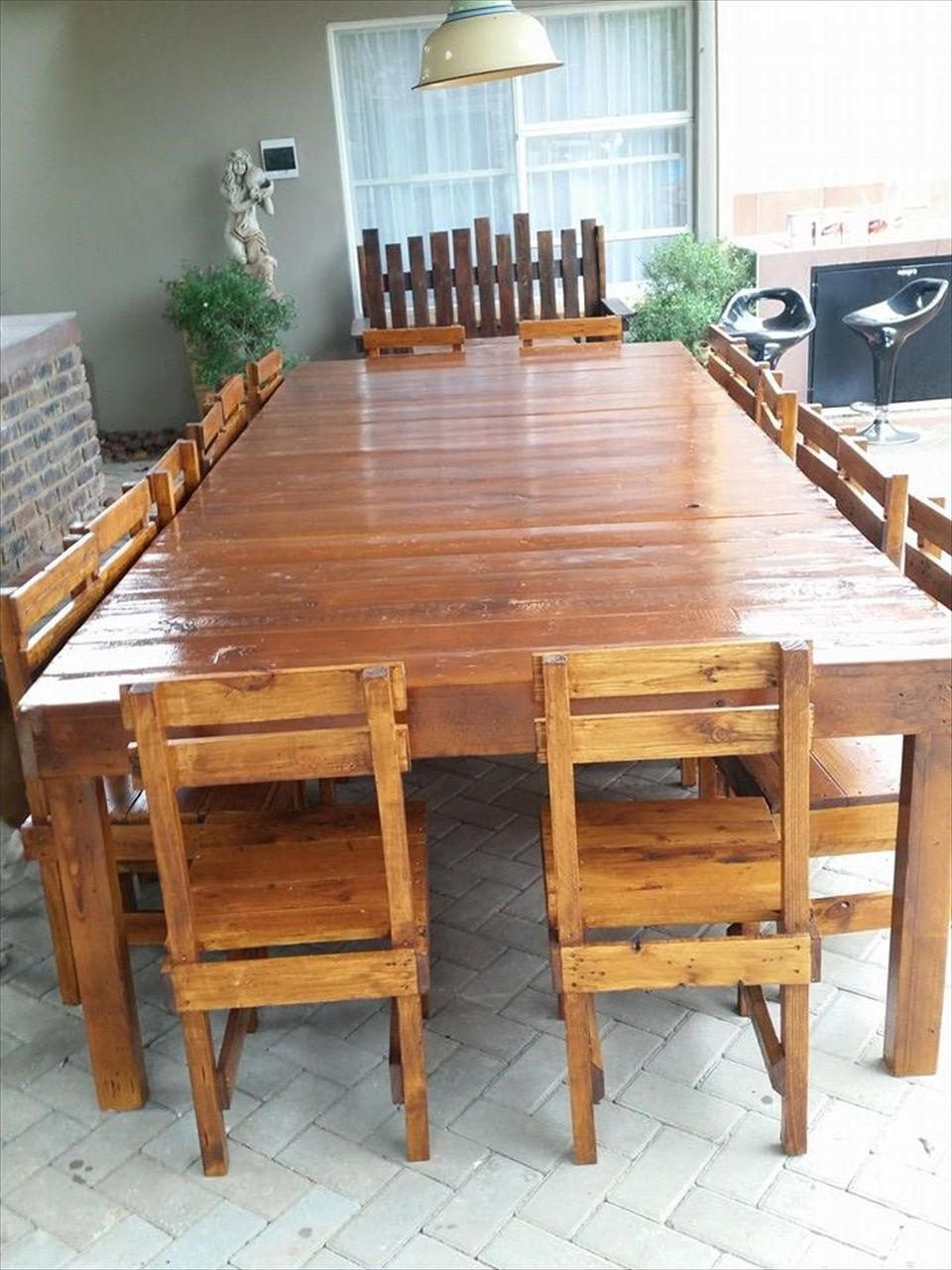 Sixteen seater pallet dining table pallet dining tables for Pallet dining table