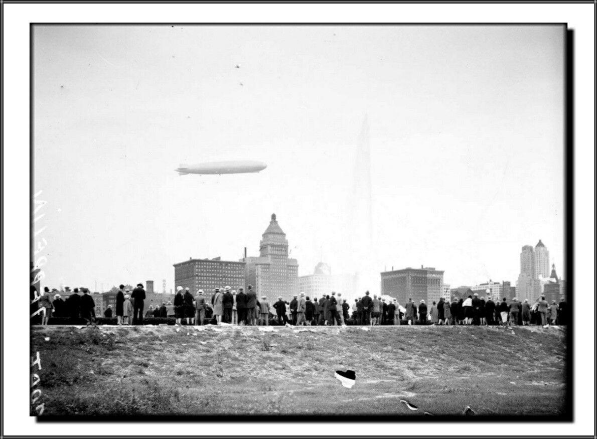 Graf Zeppelin Lz 127 Flying Over Chicago August 1929 Zeppelin Airship Zeppelin Airship