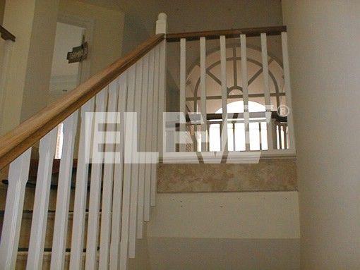 Baranda de madera con l neas verticales barandas de - Barandas de escaleras de madera ...