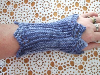 susan in stitches: Free pattern Friday : Frothy Gothy Wristwarmers ...
