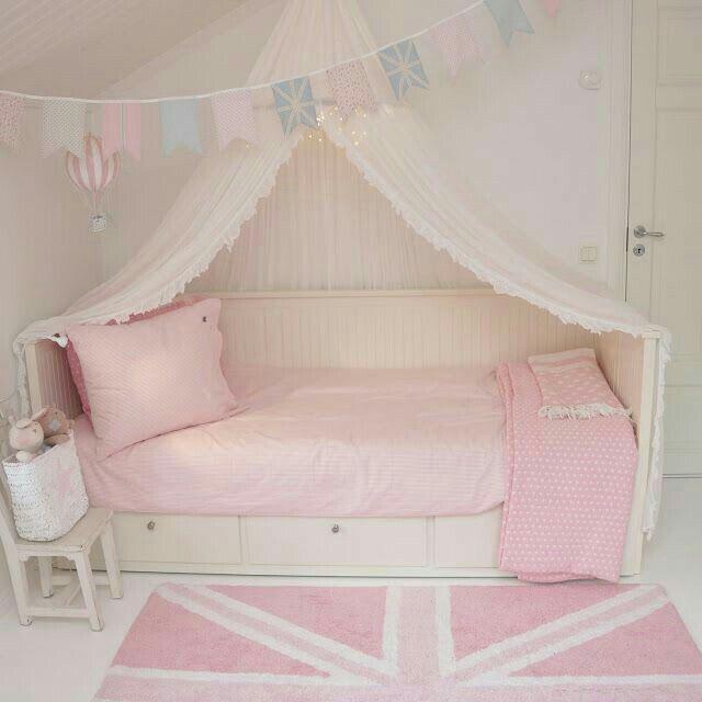 M dchen zimmer in rosa weiss bett von ikea otroska - Ikea bett kinderzimmer ...