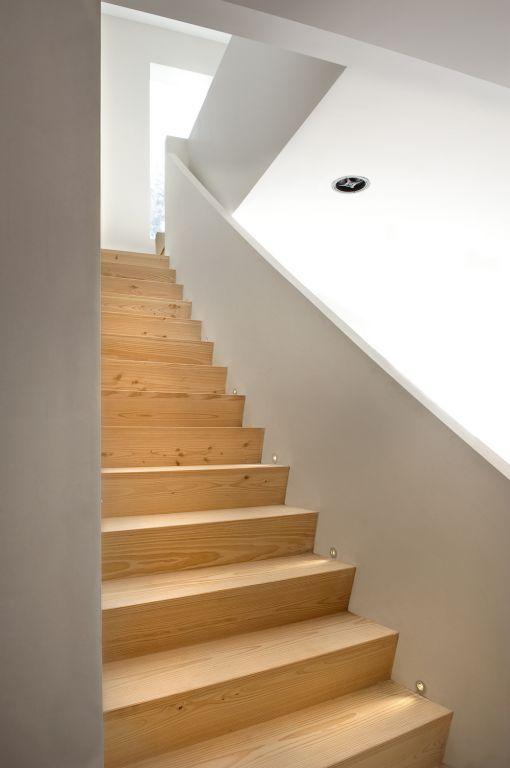 Design z trap in lariks tussen muren ook mogelijk over for Trap bouwen