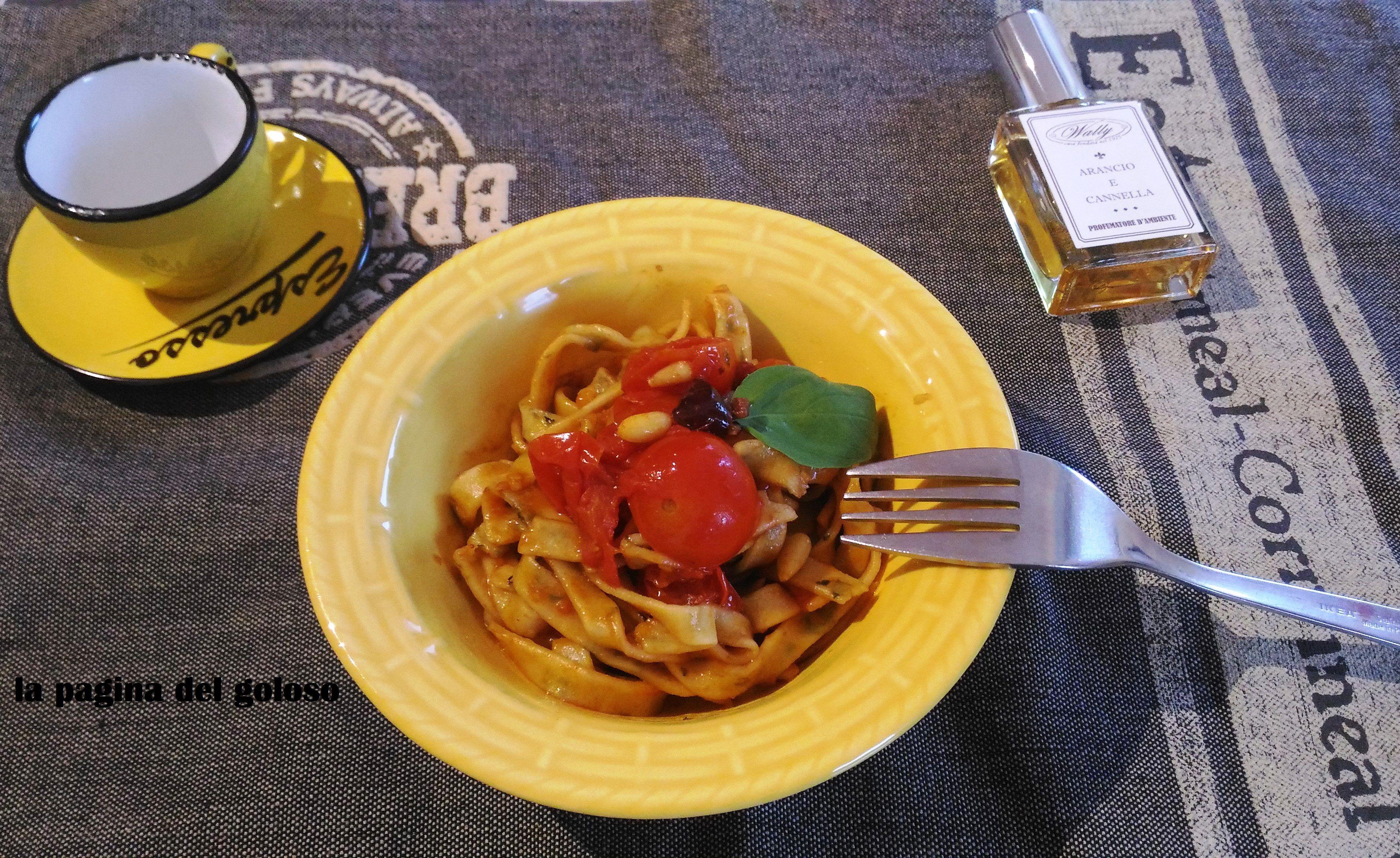 Tagliatelle di basilico con olive acciughe e pinoli