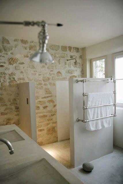 De la pierre sur les murs Office bathroom, Rustic cottage and Washroom - peinture beton cire mur
