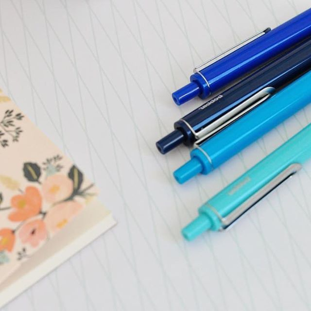 On my desk ✒️ • 💫 Papeterie du jour, avec un bloc-notes fleuri de @riflepaperco…