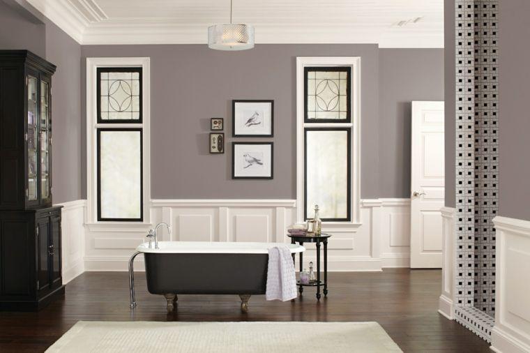 lussuosa sala da bagno con vasca freestanding scura, pavimento in ...