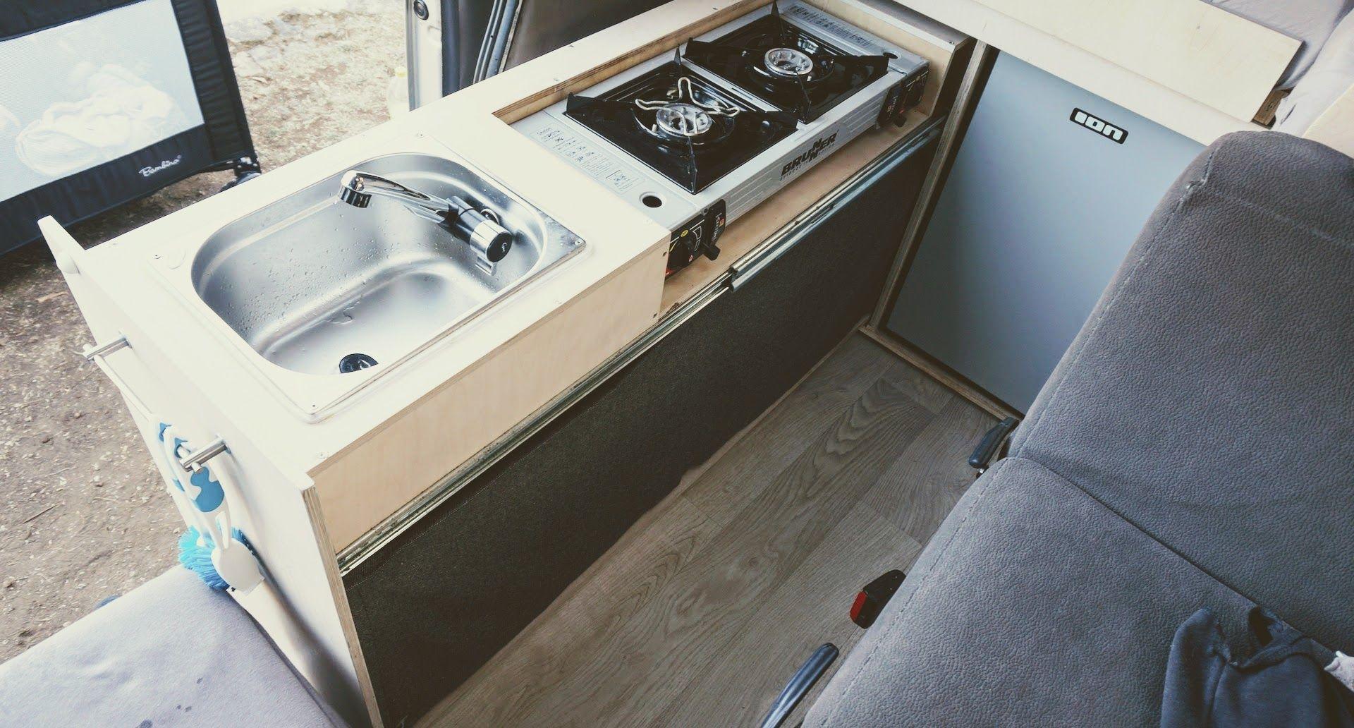 Ausziehbare Küche im Camper  Camper, Camping wc, Bus ausbauen