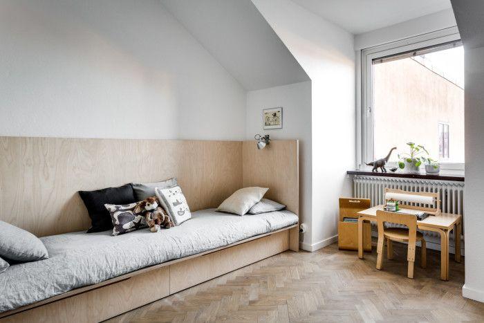 Nu till det finaste barnrum jag sett på länge. Alvar Aalto barnmöbler och spana in den platsbyggda sängen. Både mysig och snygg!