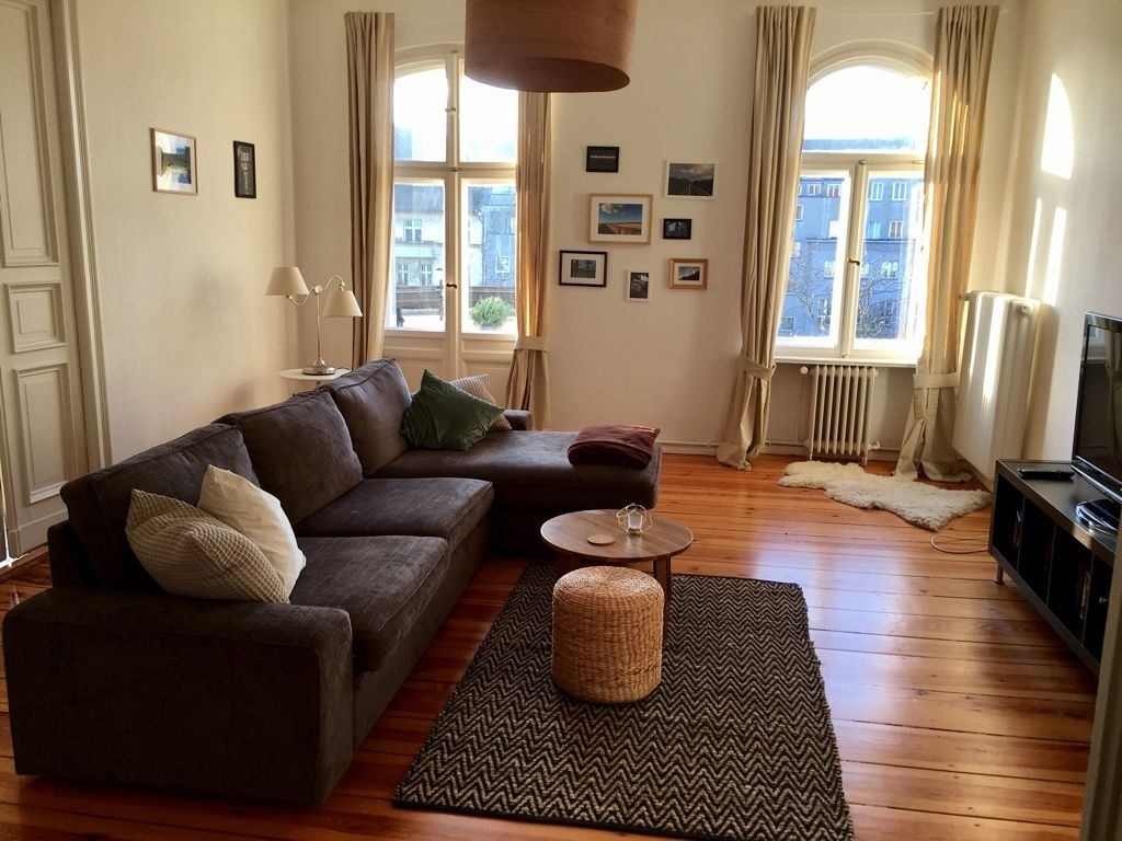 Ein Schickes Wohnzimmer Der Grosse Raum Mit Den Hohen Decken Bietet Es An Das Sofa Freistehend Im Zu Platzieren Warme Licht Durch Die