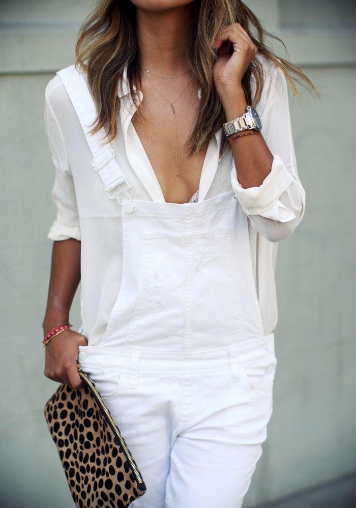 Salopette blanche + chemise un brin translucide + fin collier + pochette léopard = le bon mix pour prolonger l'été - http://bit.ly/1u3rQe2 - Tendances de Mode