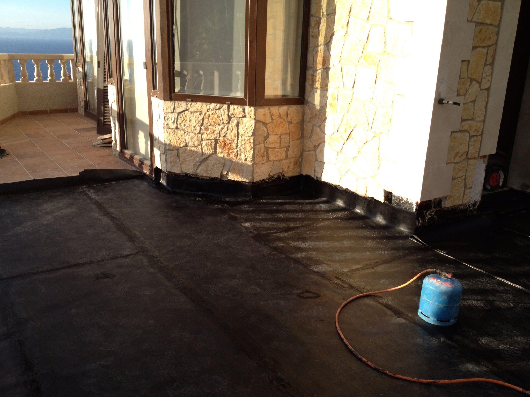 Trabajando para impermeabilizar una terraza en Bahía Azul (Palma de Mallorca)