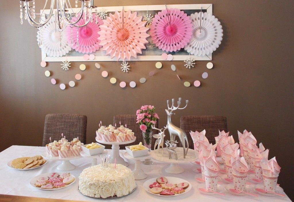Talvisten prinsessajuhlien vaaleanpunainen juhlakattaus #partydecorations #pinkparty #tablesetting