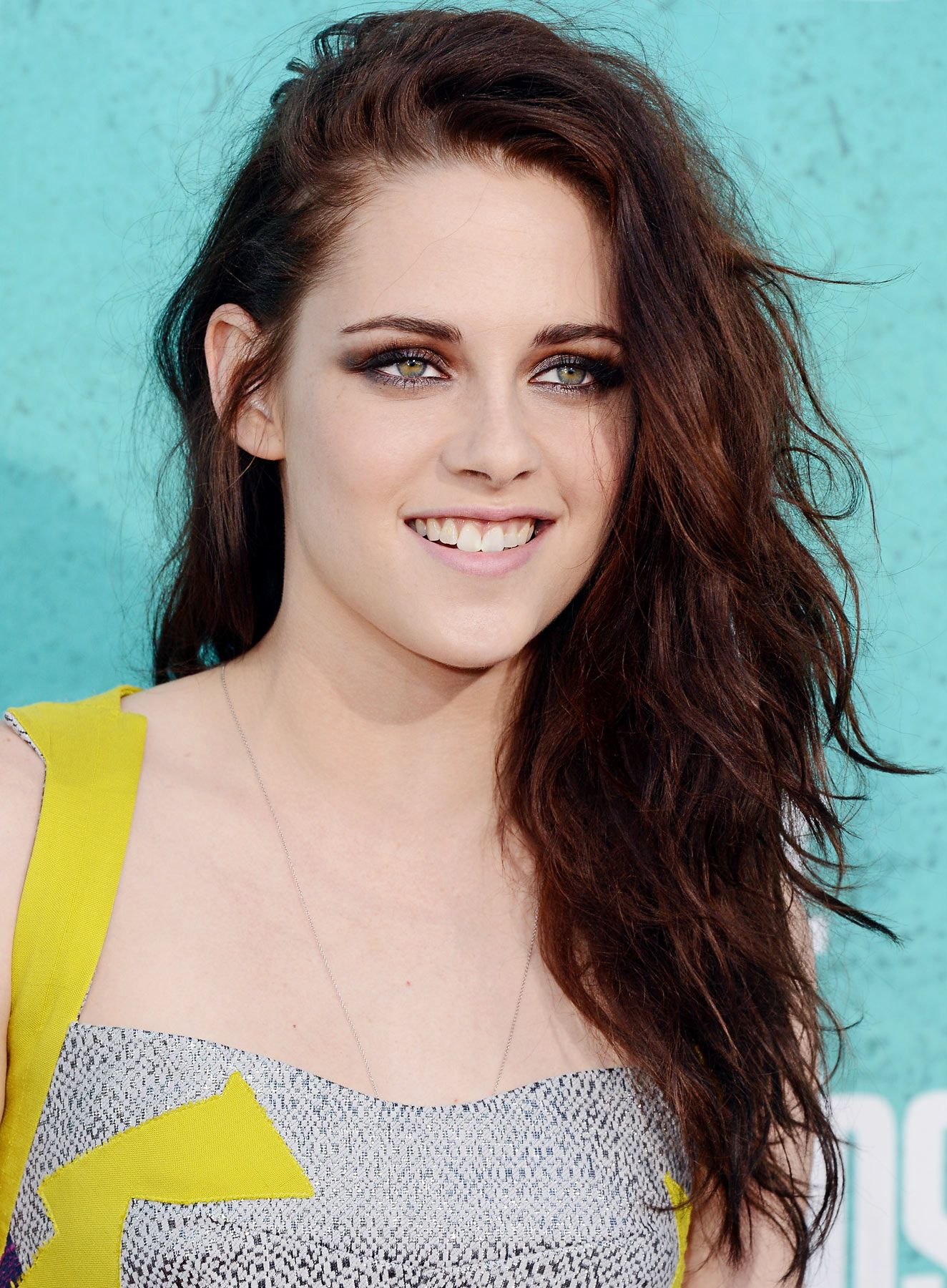 Copy Kristen Stewarts Mtv Movie Awards Hair Makeup And Nails