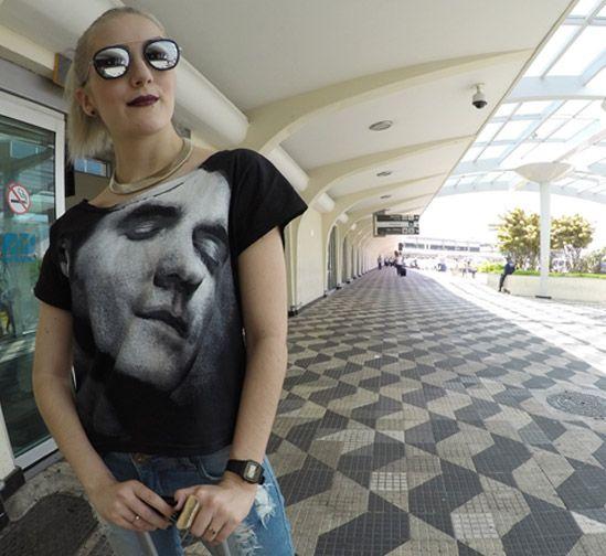 Look de aeroporto: conforto fashion, tem como! - jeans pants - destroyed jeans - white sneakers - band t-shirt - aviator glasses - óculos espelhado
