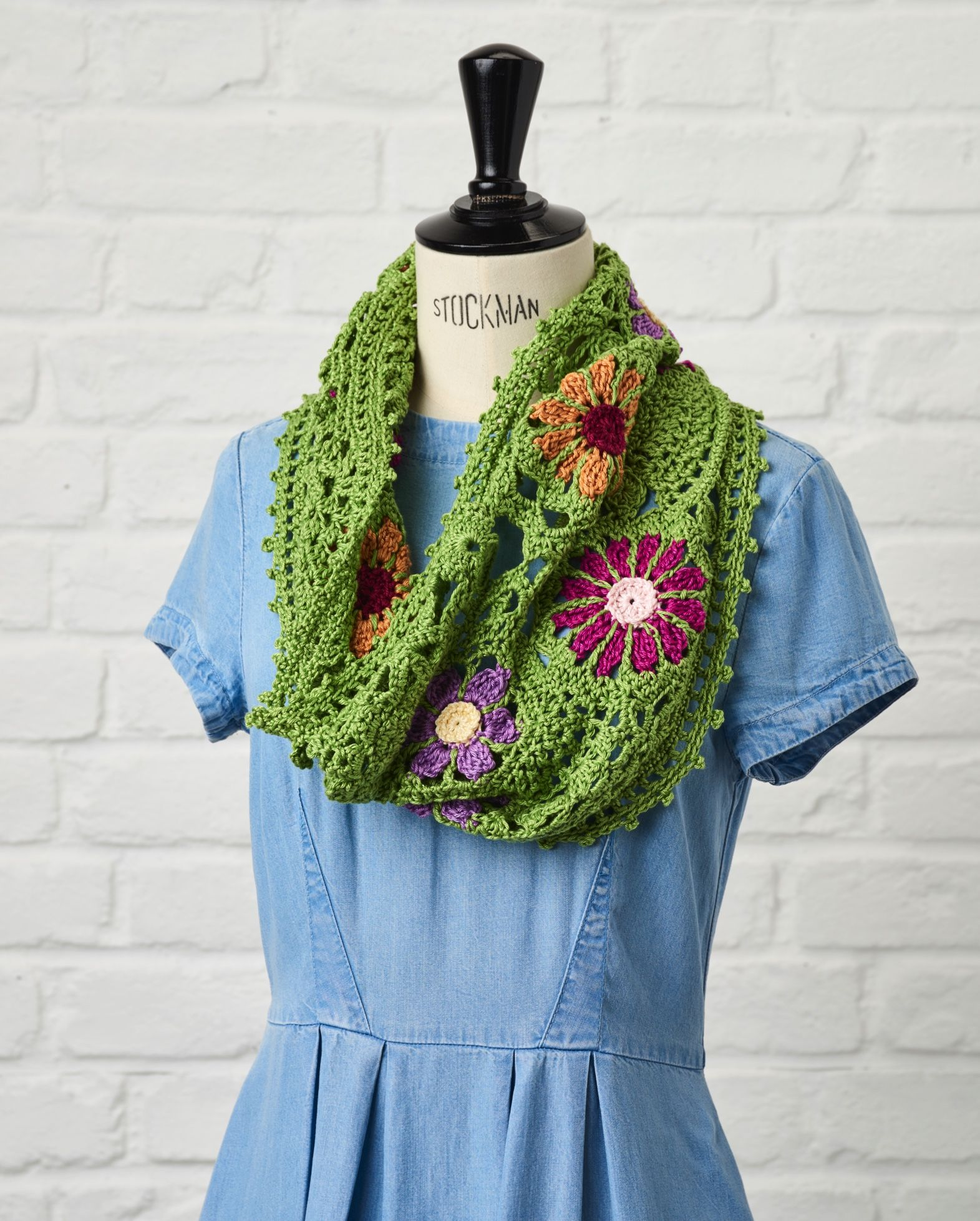 Freeform On a whim  Use funky flower motifs to create a unique freeform cowl designed by Jennifer May. In issue 47 of Simply Crochet