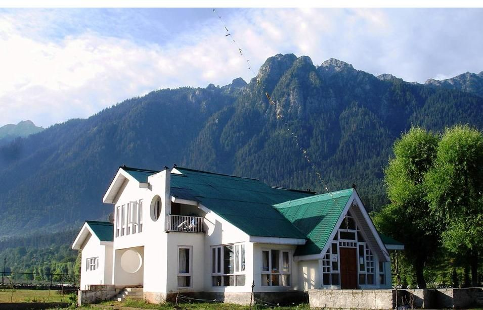 A Beautiful House Located On The Srinagar Sonmarg Highway Kashmir Beautiful Homes House Design Haus