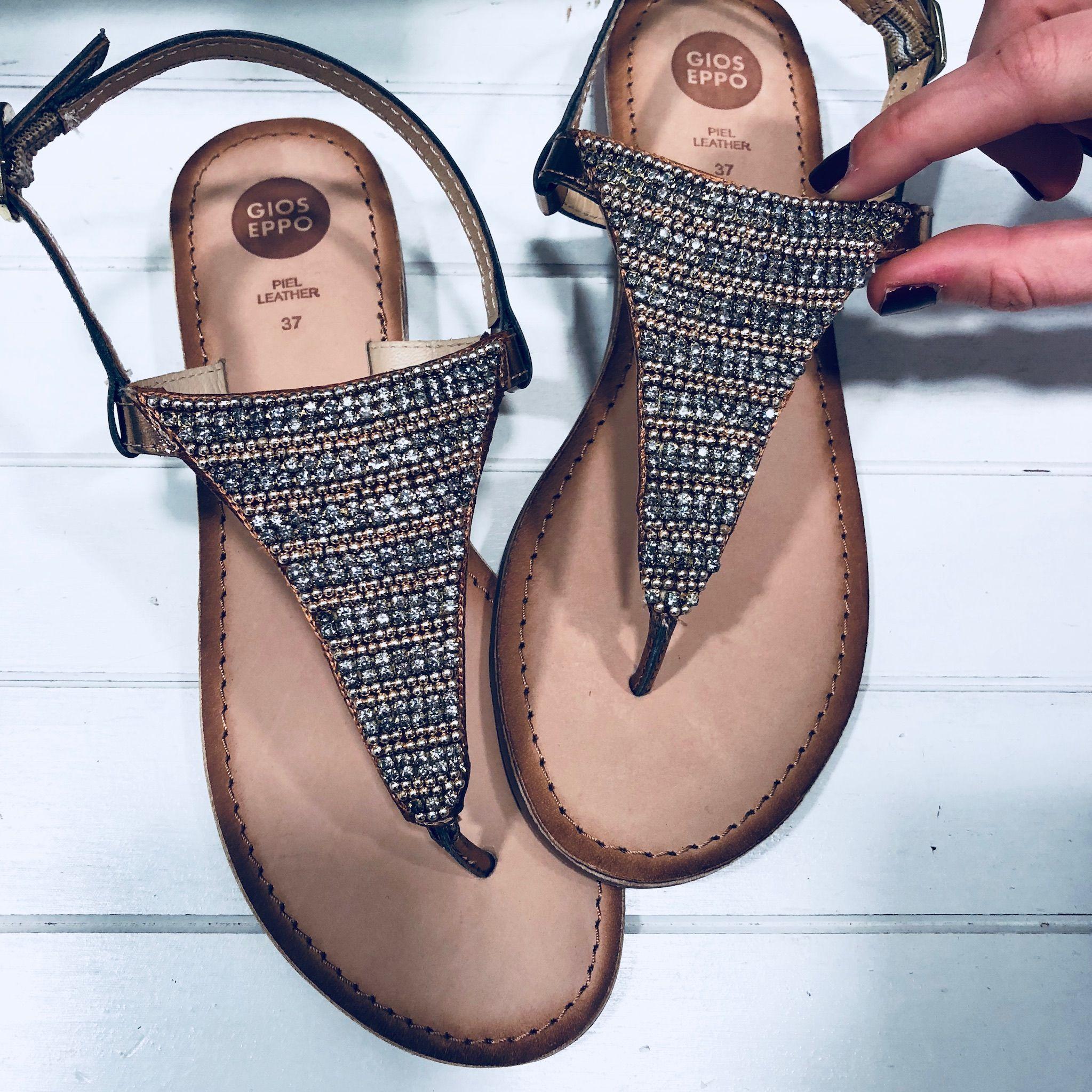 Sandalias estilo esclava de Gioseppo. Pieza de paillettes dorados en el  empeine que nos caee615c86c9