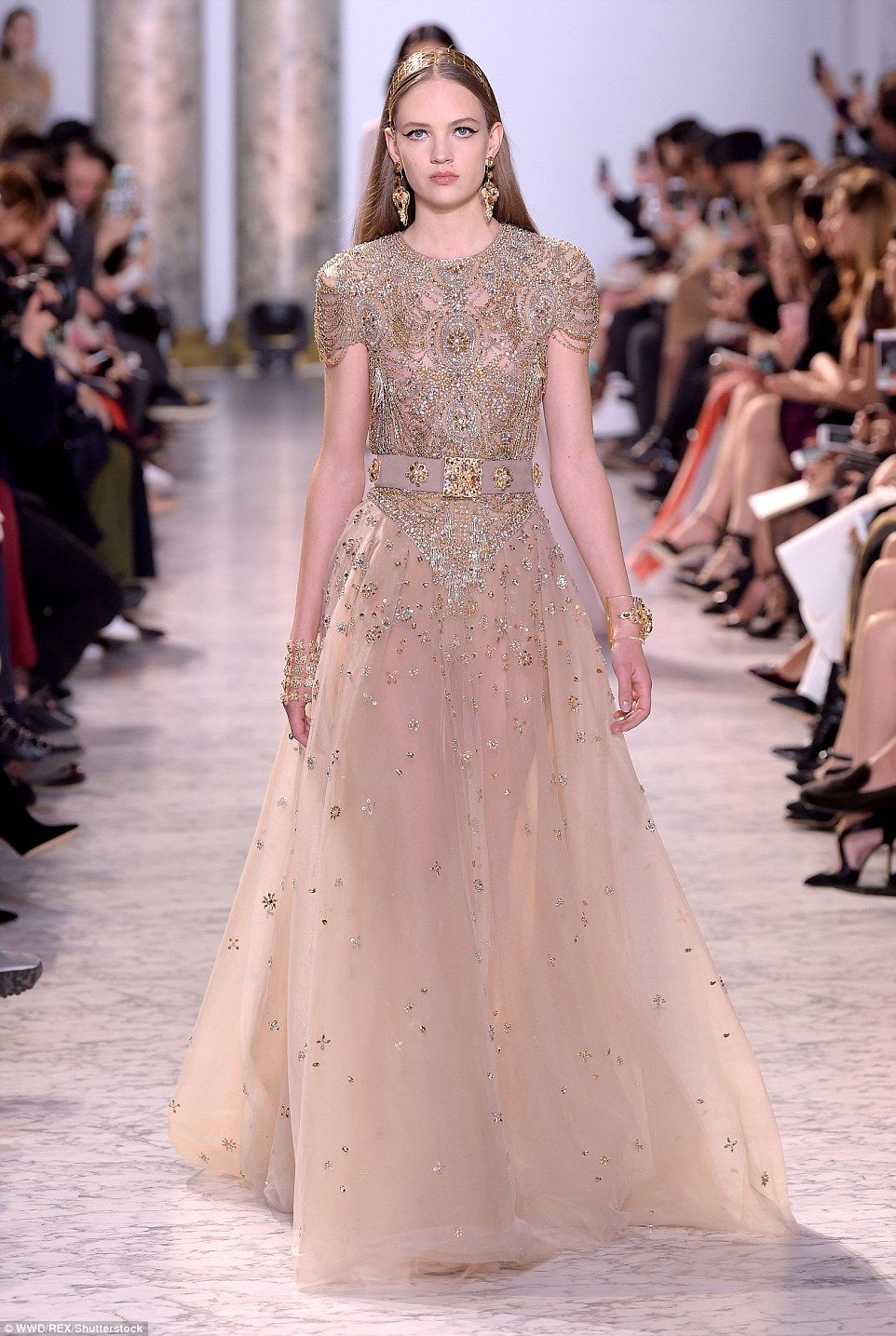 Elie saab wows with fairytale dresses at paris haute for Haute couture houses