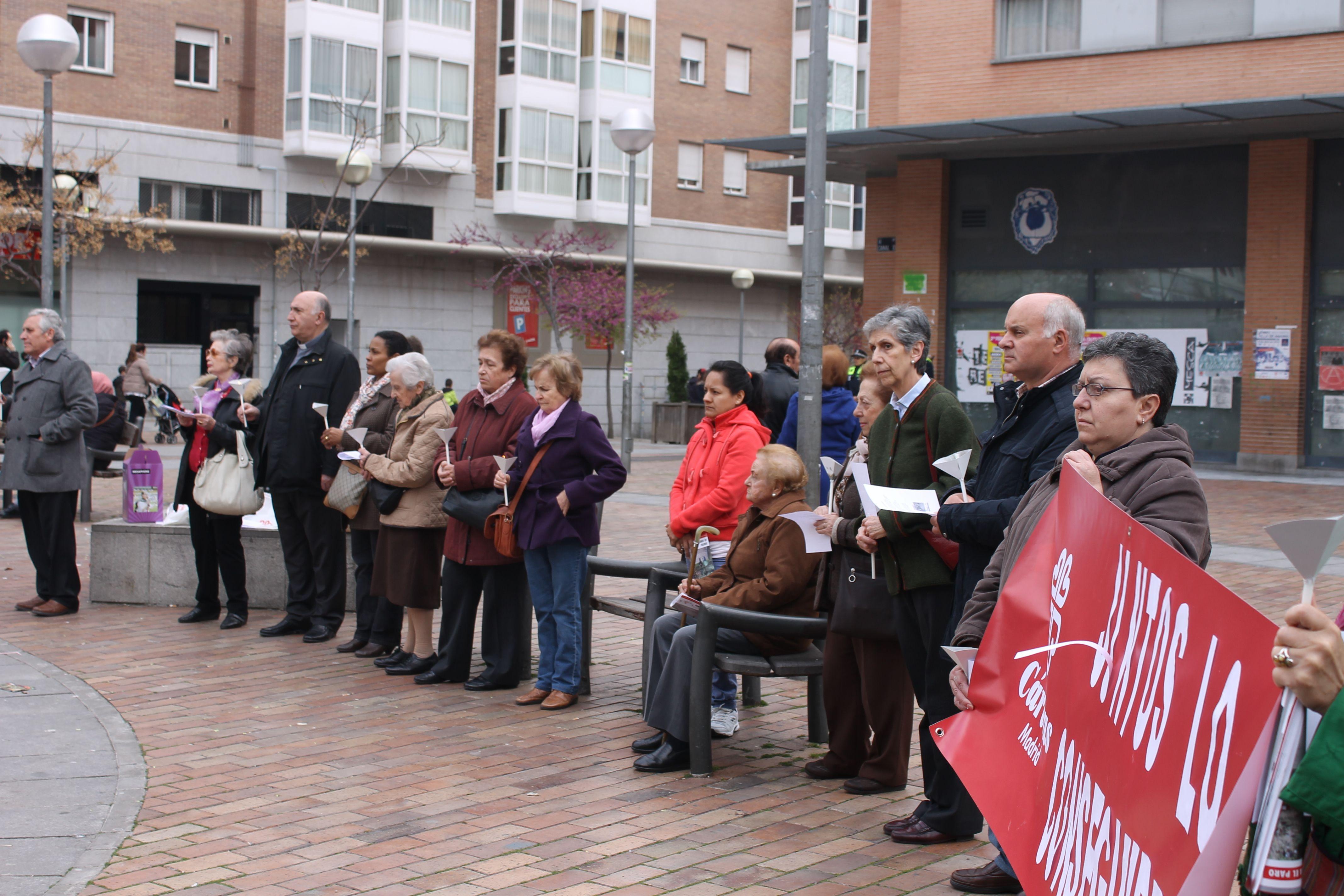 """Círculo del Silencio con motivo de la Campaña Contra el Paro """"Juntos lo Conseguiremos"""" de la Vicaría VIII de Cáritas Madrid. #ConstruyendoEspaciosdeEsperanza."""