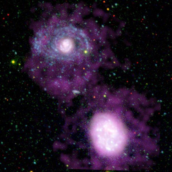 This image shows two companion galaxies. O balé de duas galáxias no espaço escuro.