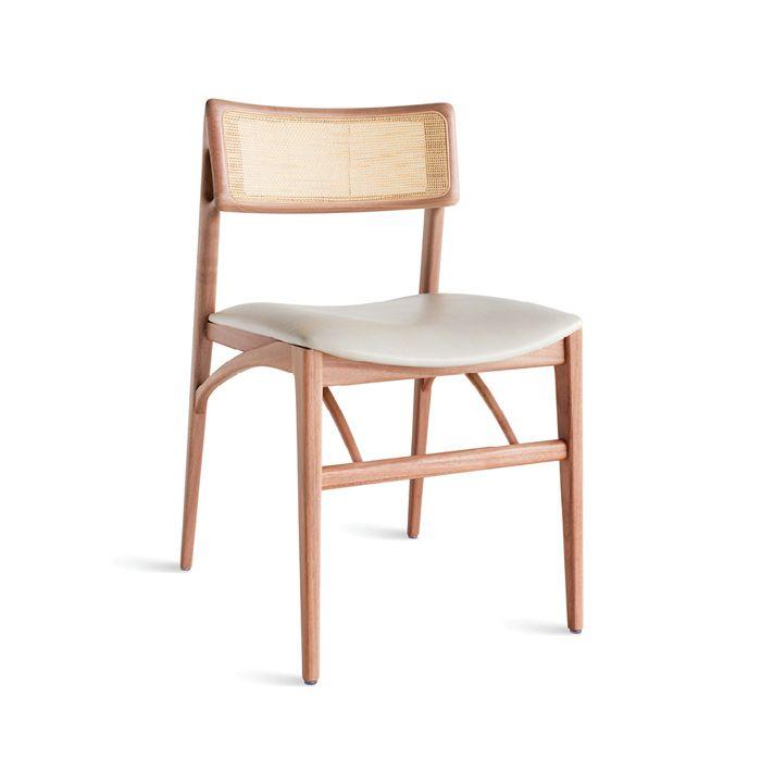 Cadeira em madeira maciça com assento estofado. Também disponível com encosto estofado.