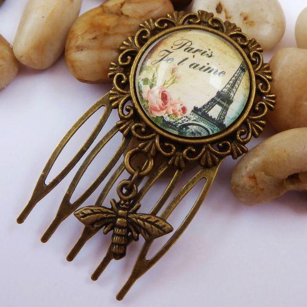 Dieser zauberhafte kleine Haarkamm besteht aus bronzefarbenem Metall und einer filigranen Fassung. Der handgearbeitete Glas-Cabochon zeigt ein wund...