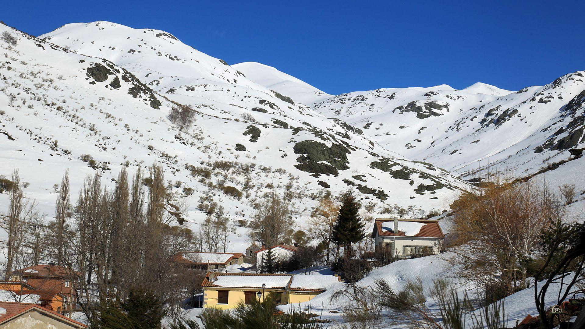 Cardaño De Abajo Montaña Palentina Spain Parques Naturales San Salvador Montañas