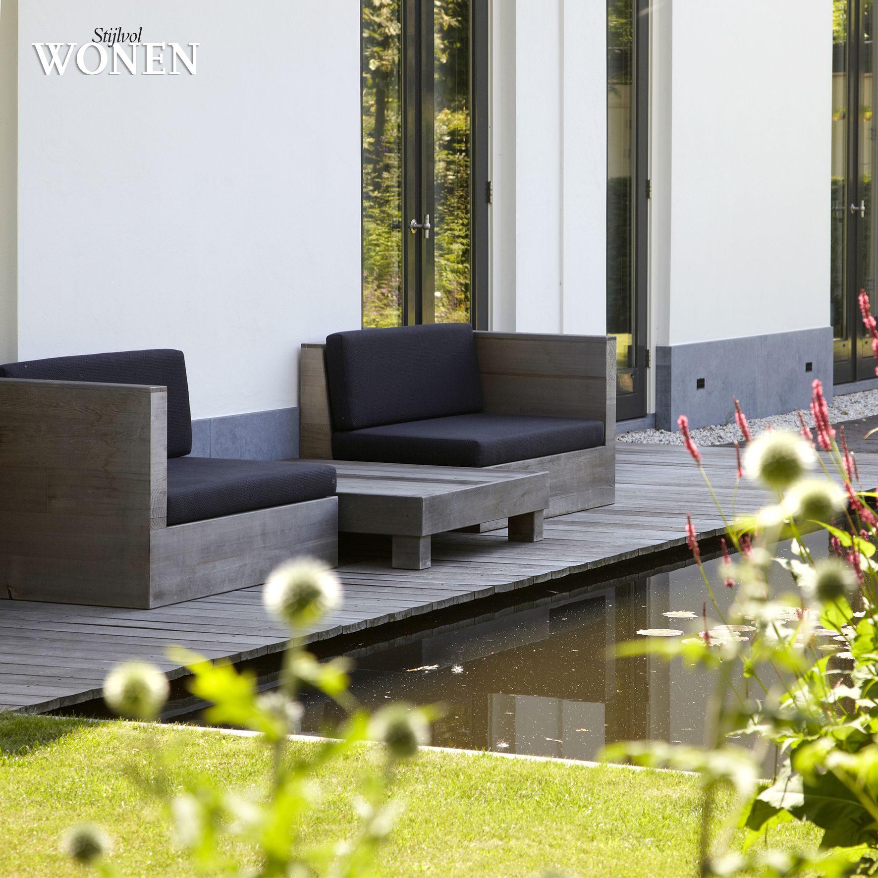 Stijlvol Wonen: het magazine voor warm-hedendaags wonen - ontwerp: De Rooy Hoveniers - fotografie: Sarah Van Hove, Dorien Ceulemans, Jonah Samyn #outdoor #terras #hout #planken #dek #vijver #steigerhout