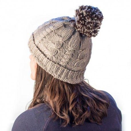 Cet hiver, ne sortez pas de la maison sans le bonnet tricot à pompon! C\u0027est  un bonnet idéal pour couvrir la tête et les oreilles.