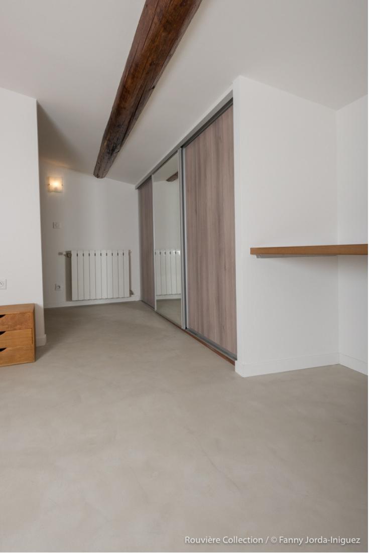 Aménagement d\'une chambre avec un sol en béton ciré gris clair ...
