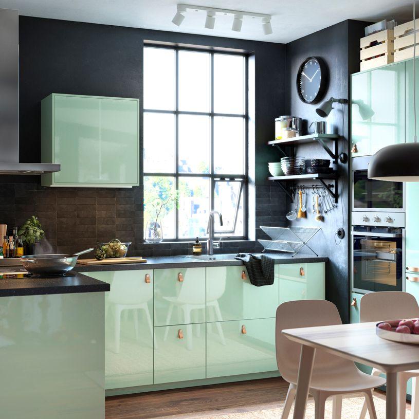 Elegante Küche In Schwarz Und Grün Mit KALLARP Fronten Hochglanz Hellgrün  Und ÖSTERNÄS Ledergriffen Aus Gegerbtem Leder