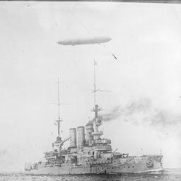 Dirigeable anglais survolant des navires de guerre : [photographie de presse] / [Agence Rol] | Agence Rol. Agence photographique - Europeana Collections