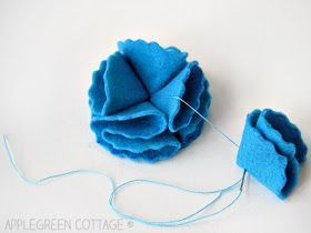 How To Make Folded Felt Flowers #feltflowertemplate How to make DIY felt flowers with free templates in 3 sizes and 4 designs. A simple yet adorable decoration for all occasions! Throw a few of them in a cute little fabric bin and you get a great DIY gift for your friends. Make cute gift toppers, or even gorgeous wedding decoration on a budget. #feltflowertemplate How To Make Folded Felt Flowers #feltflowertemplate How to make DIY felt flowers with free templates in 3 sizes and 4 designs. A simp #feltflowertemplate