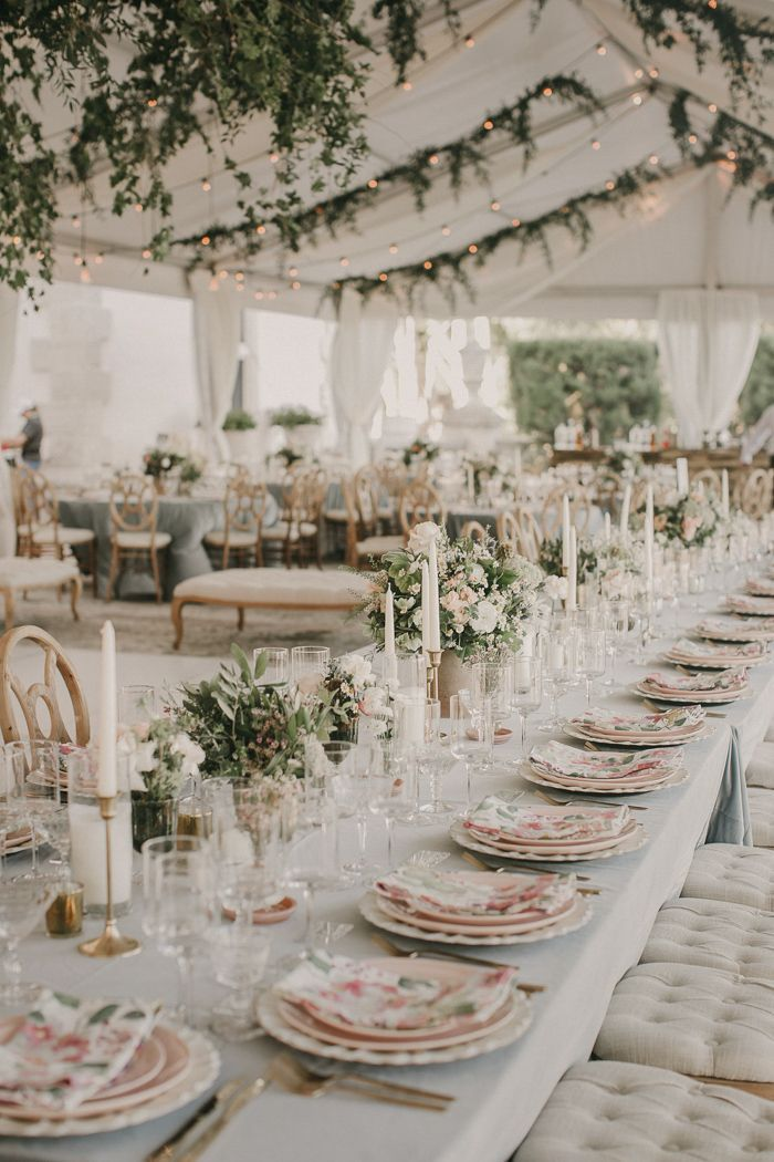 Sommerliche Hochzeitsdeko Weiß Rosa mit Greenery und Lichterketten