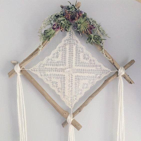 Atrapa sueño de encaje a crochet enmarcado con ramitas de árbol ...