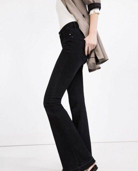 1d58ccd03 Jeans negros Zara - Jeans en denim negro con bajo campana con blazer ligero  de Zara.